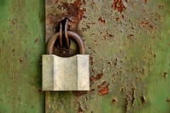 Candado viejo en una puerta oxidada vieja del hierro Foto de archivo
