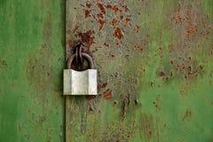 Candado viejo en una puerta oxidada vieja del hierro Fotos de archivo
