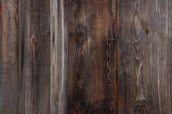 Candado viejo, oxidado en las puertas de madera del hangar Fotografía de archivo