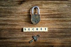 Candado viejo y llave del vintage con la muestra secreta Imagen de archivo