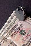 Candado y billetes de banco imagen de archivo libre de regalías