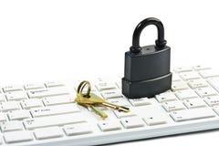 Candado y llave en el teclado de ordenador Fotografía de archivo