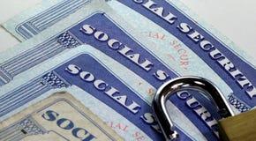 Candado y tarjeta de Seguridad Social - concepto de la protección del hurto de identidad y de la identidad Imágenes de archivo libres de regalías