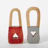 Candados de madera con color gris rojo de los corazones del ojo de la cerradura Imágenes de archivo libres de regalías