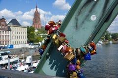 Candados del amor en el puente Francfort del hierro Imágenes de archivo libres de regalías