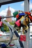 Candados del amor en el puente Francfort del hierro Imagenes de archivo