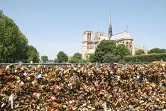 Candados del amor en París Imágenes de archivo libres de regalías