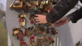 Candados del amor en verjas almacen de video