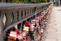 Candados en el puente en Hamburgo imagenes de archivo