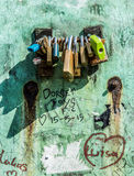 Candados en la pared del grunge Imágenes de archivo libres de regalías