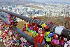 Candados en la torre de Namsan Seul Imagen de archivo libre de regalías