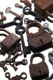 Candados oxidados viejos y llaves en el fondo blanco espejo Imagen de archivo