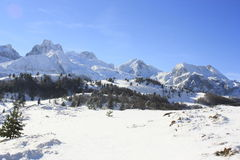 Candanchú snöade berg, Pyrenees Arkivfoton
