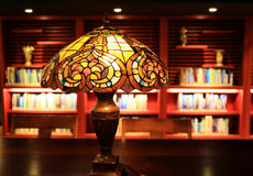 Candeeiro de mesa do vintage, lâmpada de mesa retro, luz decorativa da tabela da forma velha na sala de estudo Fotografia de Stock Royalty Free