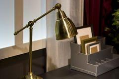 Candeeiro de mesa dourado na parede da casa da casa do conforto da cortina da tabela fotos de stock