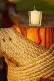 Candel na coluna de madeira imagem de stock