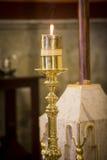 Candela accesa sull'altare Fotografia Stock