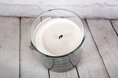 Candela bianca della cera in vetro immagini stock libere da diritti