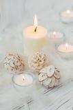 Candela bianca della palma con la decorazione naturale per la stazione termale Fotografia Stock Libera da Diritti