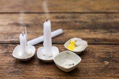 Candela bianca sulla piccola tazza Fotografie Stock