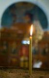 Candela bruciante alla fine della chiesa su Immagini Stock