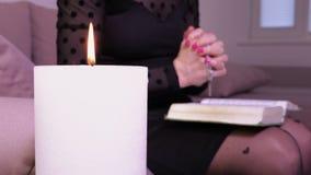 Candela bruciante con la donna pregante dietro archivi video