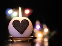 Candela bruciante con le luci di Natale fotografia stock