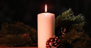 Candela bruciante di Natale con le pigne stock footage