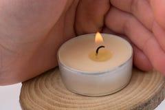 Candela bruciante disposta su un fondo bianco Fotografia Stock