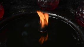 Candela bruciante in olio in un tempio buddista archivi video