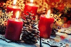 Candela bruciante rossa con lo shikami del pino ed i fiocchi di neve, Natale a immagini stock
