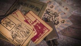 Candela bruciante, vecchie chiavi e carte archivi video