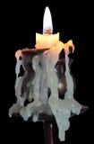 Candela Burning su una priorità bassa nera con il residuo della potatura meccanica Fotografia Stock