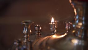 Candela in chiesa a cerimonia archivi video