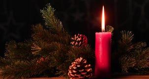 Candela d'ardore con la decorazione di Natale stock footage