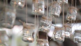 Candela del barattolo di muratore che appende sull'albero per la decorazione di nozze stock footage