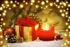 Candela di arrivo e contenitore di regalo dorato Fotografie Stock