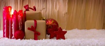 Candela di arrivo e decorazione di Natale isolata su legno Immagine Stock