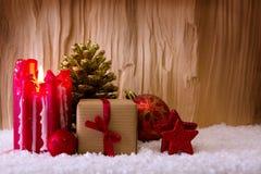 Candela di arrivo e decorazione di Natale isolata su legno Immagini Stock Libere da Diritti