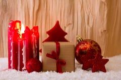Candela di arrivo e decorazione di Natale su legno Fotografia Stock