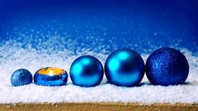 Candela di arrivo e palle blu di Natale video d archivio