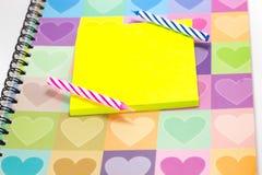 Candela di buon compleanno e blocco note in bianco con il diario di amore Fotografia Stock