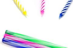 Candela di buon compleanno e fondo variopinto della penna Fotografia Stock Libera da Diritti