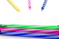 Candela di buon compleanno e fondo variopinto della penna Fotografia Stock