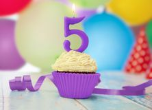 Candela di compleanno con il numero 5 sul bigné Fotografie Stock Libere da Diritti