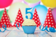 Candela di compleanno nella forma del numero in bigné Immagini Stock