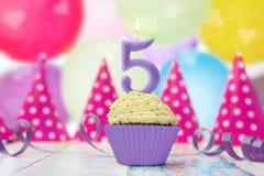 Candela di compleanno nella forma del numero in muffin Fotografia Stock Libera da Diritti