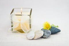 Candela di illuminazione con le pietre Fotografia Stock