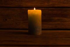 Candela di Lit nella stanza scura fotografia stock libera da diritti