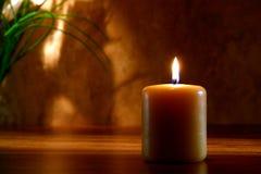 Candela di Meditaion di zen che brucia nella regolazione religiosa Fotografia Stock Libera da Diritti